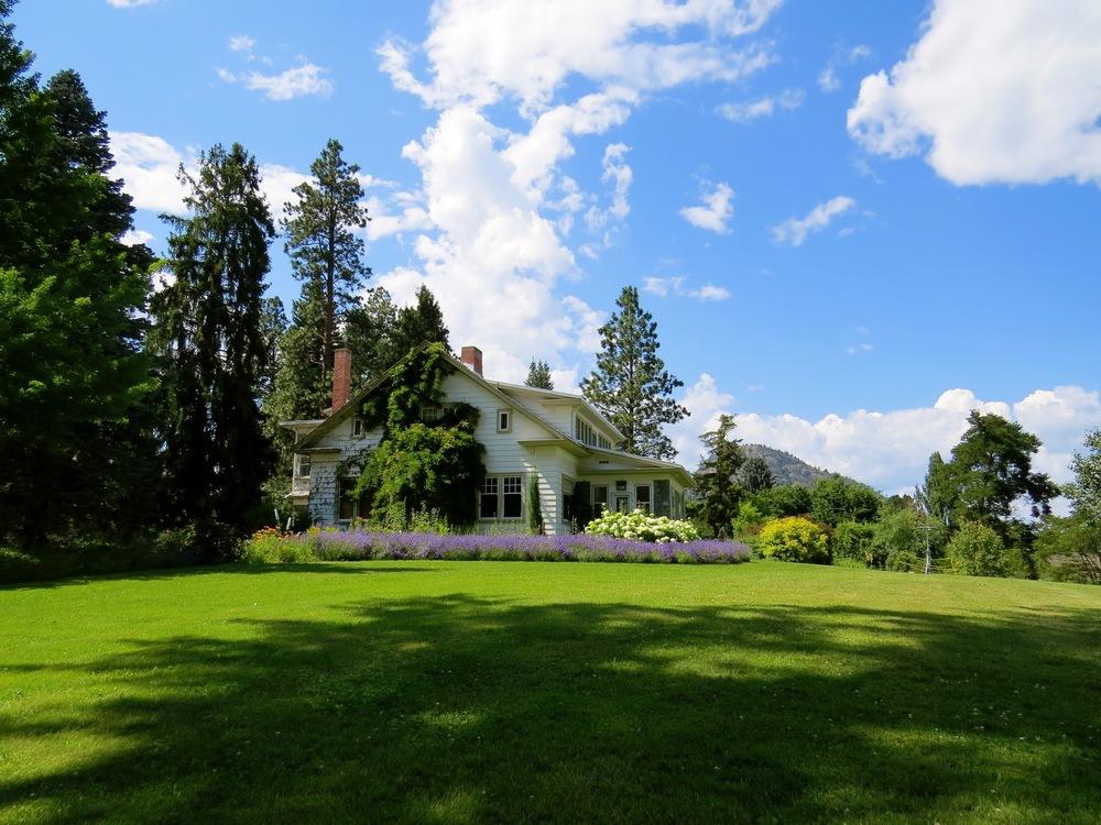 Farmhouse,Meadow,Estate